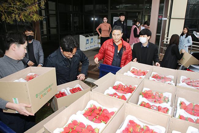 '지역 농가 돕자' 동신대, 사랑의 딸기 사주기 운동 동참